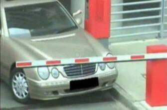 Женщина на авто ломает шлагбаум