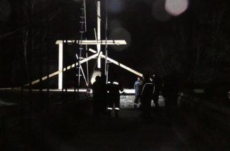 """Крыша """"Музея удачливости"""" в ночи, освещённая прожектором"""